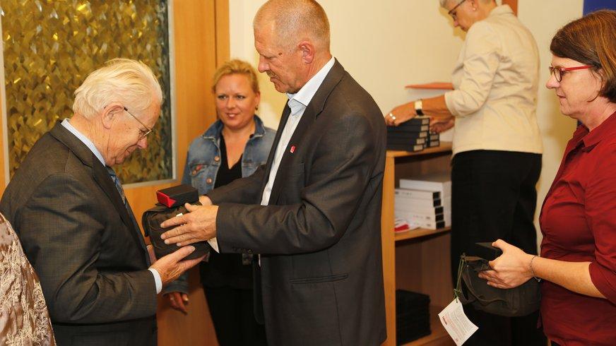 Bezirksgeschäftsführer Berthold Leinweber gratuliert zu 70 Jahren Gewerkschaftsmitgliedschaft.