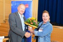 Kathrin Phillips nimmt Blumen von Berthold Leinweber entgegen