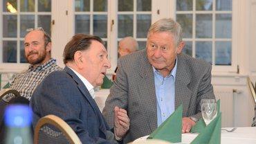 Jubialrehrung Hanau 2018, zwei ältere Herren am Tisch sitzend im Gespräch